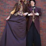 Steltenloper Dickens Echtpaar op stelten
