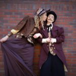 Steltenloper Dickens Echtpaar op stelten kusje