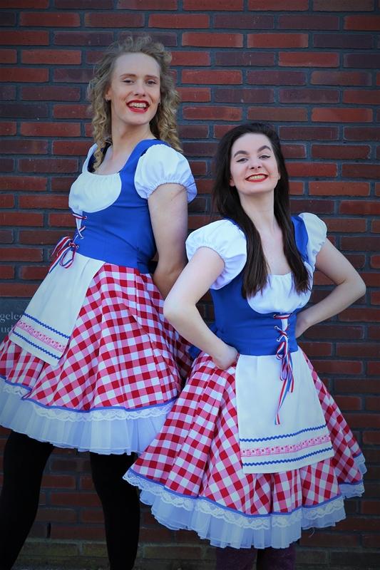 Steltenloper Hollandse Kaasmeisjes op stelten